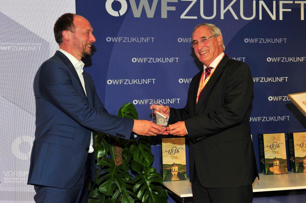 """SONOTEC GmbH erhält Wirtschaftspreis """"Vorsprung"""" auf dem OWF Zukunft (Marco Wanderwitz und Preisträger Hans-Joachim Münch (SONOTEC)- ©Succo"""